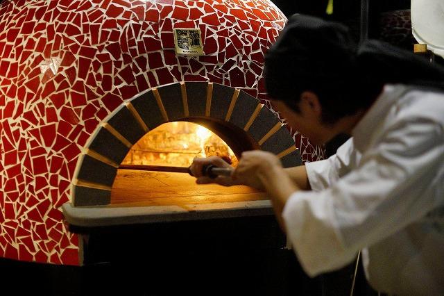 かまどで焼くピザ