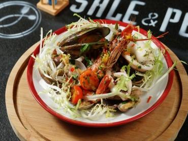 海鮮たっぷりの温サラダ有機野菜とレモンの燻製香